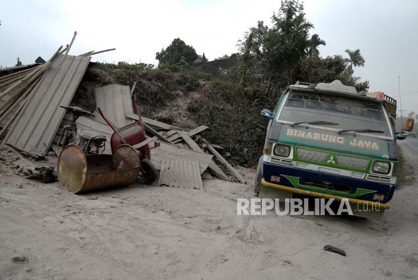 Pasca Letusan Sinabung. Kendaraan warga tertutup abu vulkanis pascaerupsi Gunung Sinabung di kawasan Simpang Empat, Karo, Sumatera Utara, Selasa (20/2).