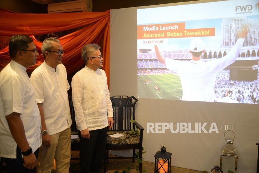 Peluncuran Asuransi Bebas Tawakkal. Wakil Dirut FWD Life Rudi Kamdani, Chief of Partnership Distribution FWD Life Anggi Sangadi, dan Chief of Proposition and Sharia FWD Life Ade Bungsu (dari kanan) saat peluncuran Asuransi Bebas Tawakkal di Jakarta, Rabu (23/5).