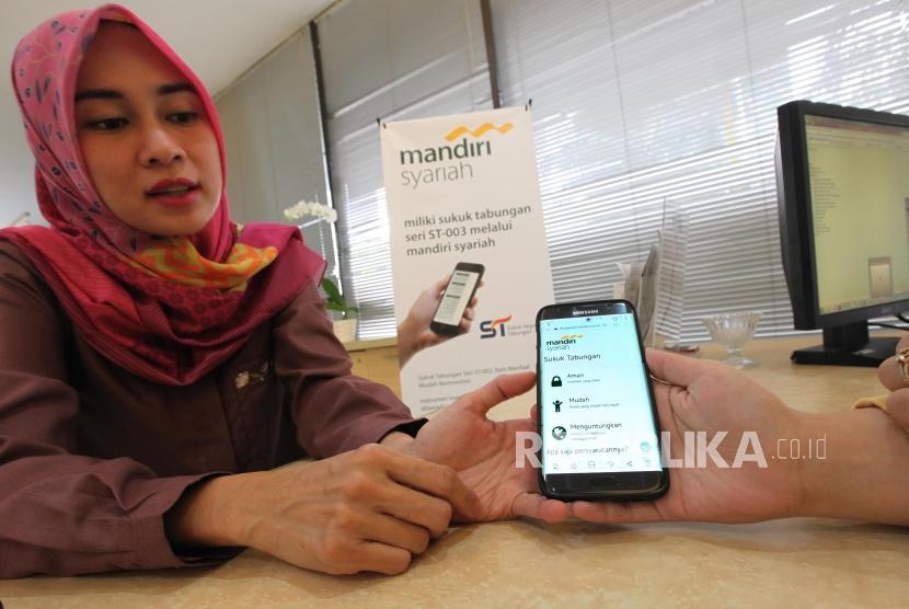 Nasabah melihat informasi Sukuk Tabungan Seri ST003 melalui website Mandiri Syariah di Jakarta, Kamis (7/1).