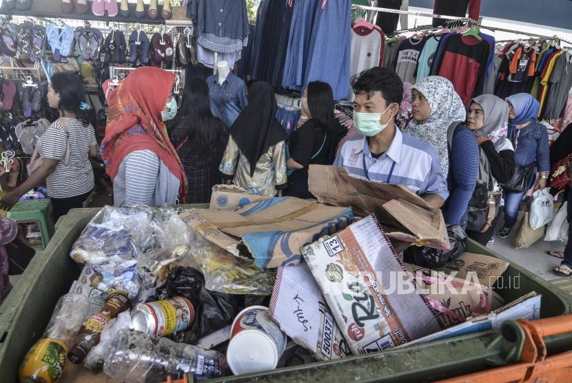 Sejumlah petugas kebersihan mengangkut sampah di Jembatan Multiguna (JPM) Skybridge, Tanah Abang, Jakarta Pusat, Selasa (14/5).