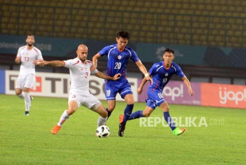 Pemain timnas Palestina Rashid Mohammed (kedua kiri) berebut bola dengan pemain timnas Taiwan TU Shaochieh (kedua kanan) pada babak penyisihan Grup A cabang sepak bola Asian Games 2018 di Stadion Patriot, Bekasi, Jawa Barat, Jumat (10/8).