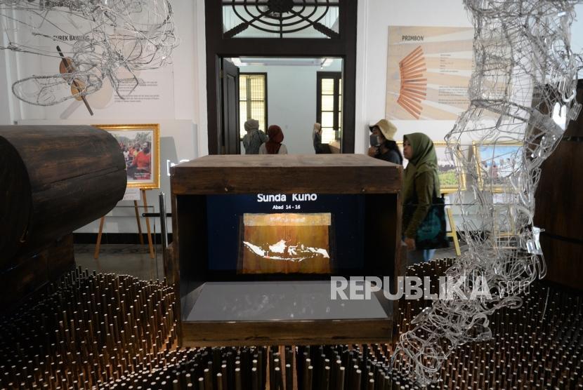 Kunjungi Perpustakaan. Warga melihat koleksi simpanan di Perpustakaan Nasional, Jakarta, Ahad (15/4).