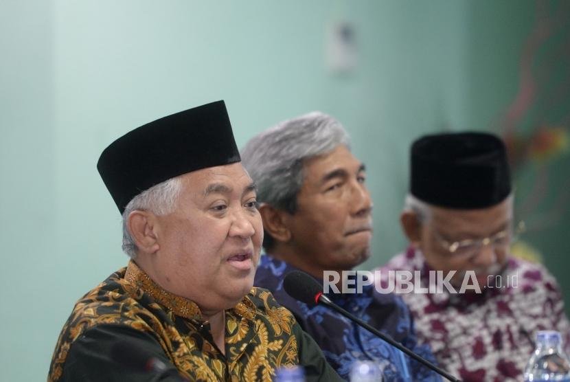 Ketua Dewan Pertimbangan MUI, Din Syamsuddin (kiri) memimpin Rapat Pleno ke-33 Dewan Pertimbangan MUI di Jakarta, Rabu (26/12).