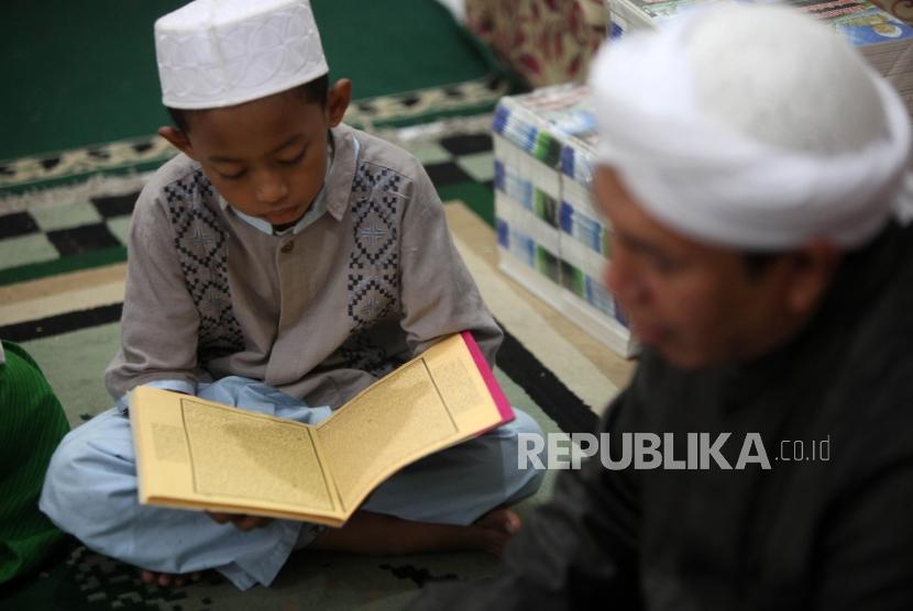 Sejumlah santri mengaji kitab kuning di Pesantren Ilmu Alquran Al Misbah, Jalan Bahari, Jakarta, Jumat (25/5).