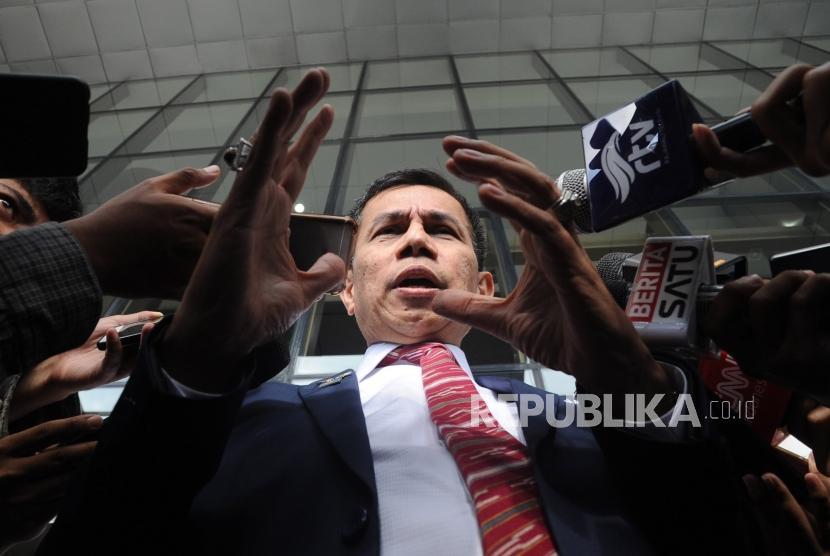 Sekertaris Jendral Partai Demokrat Hinca Panjaitan  memberikan keterangan kepada media usai melakukan kunjungan ke Kantor KPK, Jakarta,Kamis (15/3).