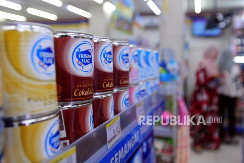Sejumlah produk susu kental manis dijual di salah satu mini market di Bekasi, Jawa Barat, Sabtu (7/7).