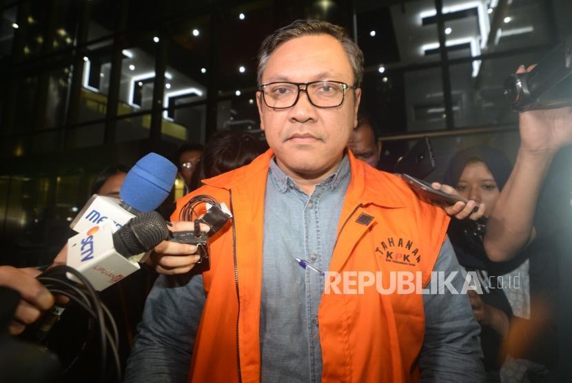 Bupati PakPak Bharat Remigo Yolanda Berutu  berjalan usai menjalani pemerisaan di Komisi Pemberantasan Korupsi (KPK), Jakarta, Selasa (27/11).