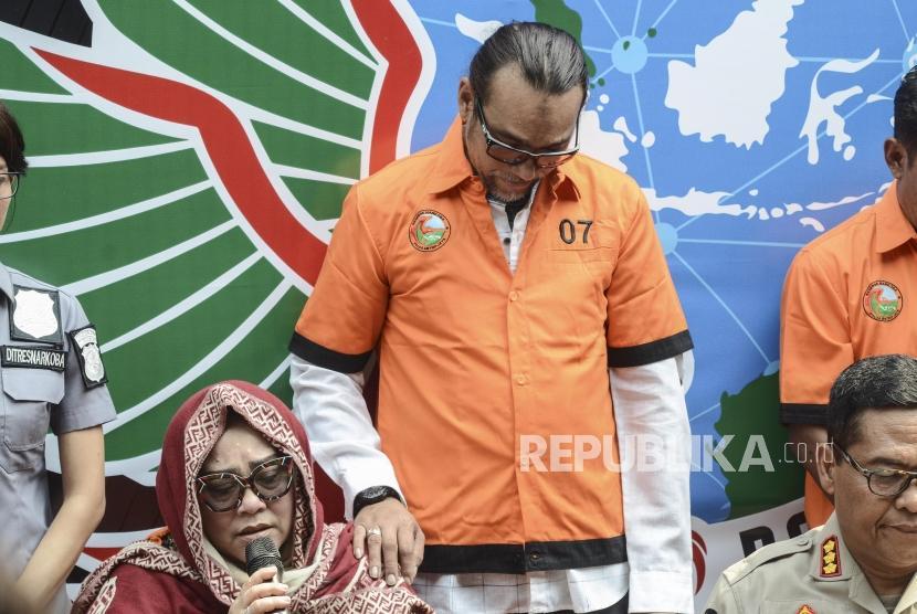 Rilis Narkoba Nunung. Komedian Tri Retno Prayudati alias Nunung (kiri) tersangka kasus penyalahgunaan narkotika saat rilis di Polda Metro Jaya, Senin (22/7).