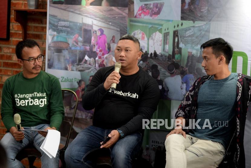 GM Mobilisasi ZIS Dompet Dhuafa Dera Perdhana Sophian (tengah) bersama musisi Vimast (kanan) memberikan keterangan terkait transaksi zakat dalam acara halalbihalal di Jakarta, Kamis (20/6).