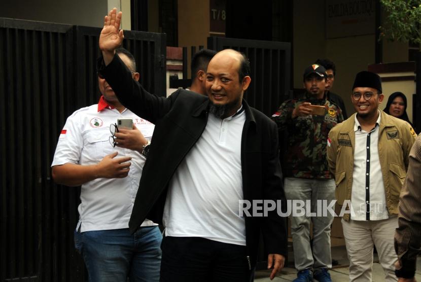 Penyidik Senior Komisi Pemberantasan Korupsi Novel Baswedan melambaikan tangan saat tiba di kediamannya di kawasan Kelapa Gading, Jakarta, Kamis (22/2).