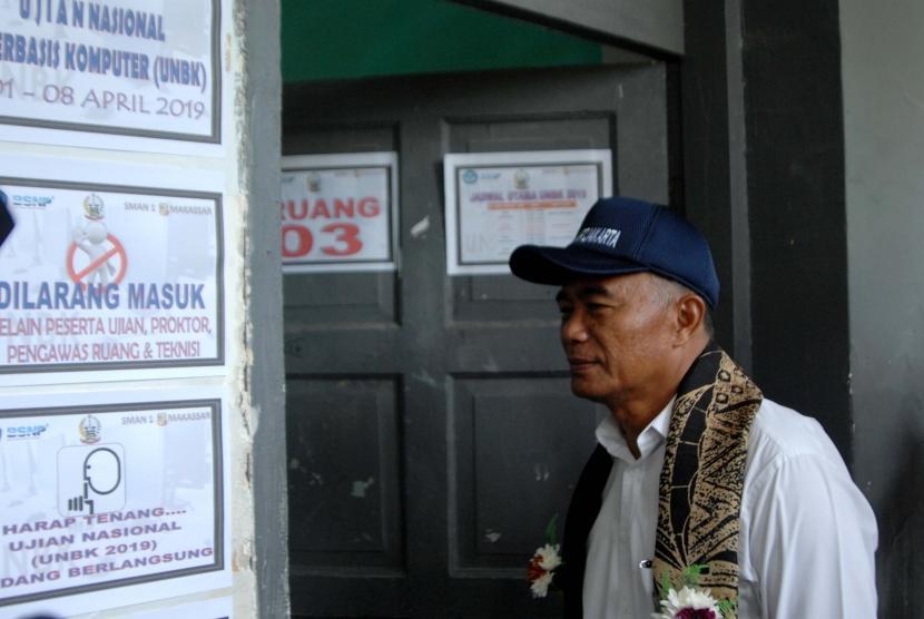 Menteri Pendidikan dan Kebudayaan Muhadjir Effendy meninjau pelaksanaan Ujian Nasional Berbasis Komputer (UNBK) di SMA Negeri 1 Makassar, Sulawesi Selatan, Senin (1/4/2019).