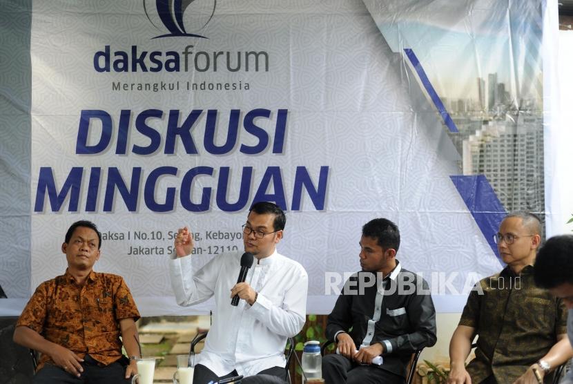 Diskusi. Pengamat Hukum Universitas Al Azhar  Suparji Ahmad, Direktur Pusat Studi dan Pendidikan HAM UHAMKA Maneger Nasution  , Abrar Pengurus Pemuda Muhammadiyah, Sekjen Partai Amanat Nasional Eddy Soeparno  (kiri ke kanan) dalam  dalam diskusi LGBT di Jakarta, Jumat (26/1).
