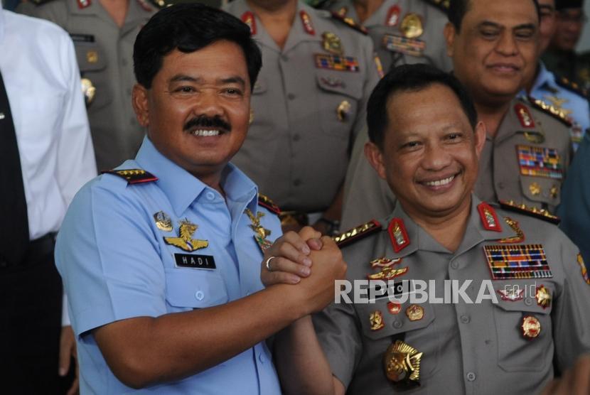 Kapolri Jendral  Polisi Tito Karnavian (Kanan) bersalaman bersama Panglima TNI  Marsekal TNI Hadi Tjahjanto  (Kiri) usai melakukan  pertemuan antara  TNI dan POLRi di   Mabes TNI, Jakarta, Senin (12/11).