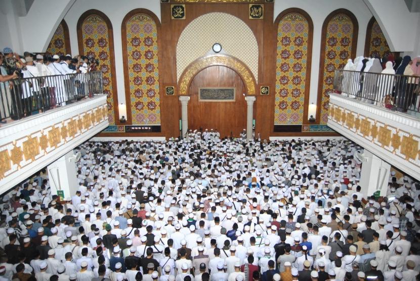 Ribuan jemaah melaksanakan salat jenazah almarhum Ustaz KH Muhammad Arifin Ilham di Masjid Az-Zikra, Sentul, Babakan Madang, Kabupaten Bogor, Jawa Barat, Kamis (23/5/2019).