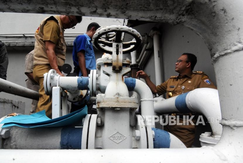 Gubernur DKI Jakarta Anies Baswedan (kanan) didampingi Tim Pengawasan Terpadu Sumur Resapan Instalasi Pengelolaan Air Limbah dan Air Tanah saat melakukan sidak di Hotel Sari Pan Pacific, Thamrin, Jakarta, Senin (12/3).