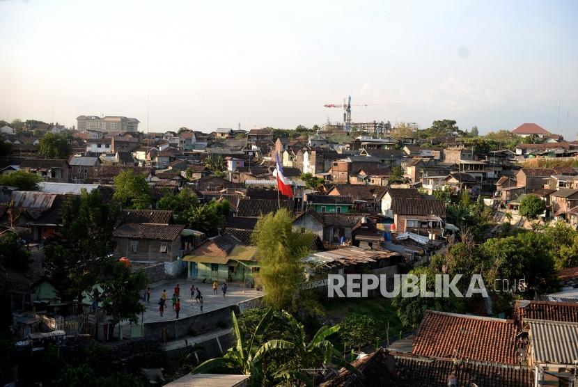 Laju Pertumbuhan Penduduk. Deretan rumah di permukiman padat penduduL di tepi Kali Code, Yogyakarta, Senin (30/9/2019).