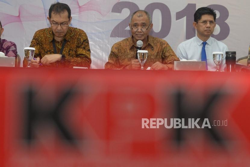 Ketua KPK, Agus Raharjo(tengah), Wakil Ketua KPK, Saut Situmorang(kedua kiri) dan  Laode M Syarif (kedua kanan)  memberikan keterangan pers terkait  kinerja KPK selama tahun 2018 di KPK, Jakarta, Rabu (19/12).