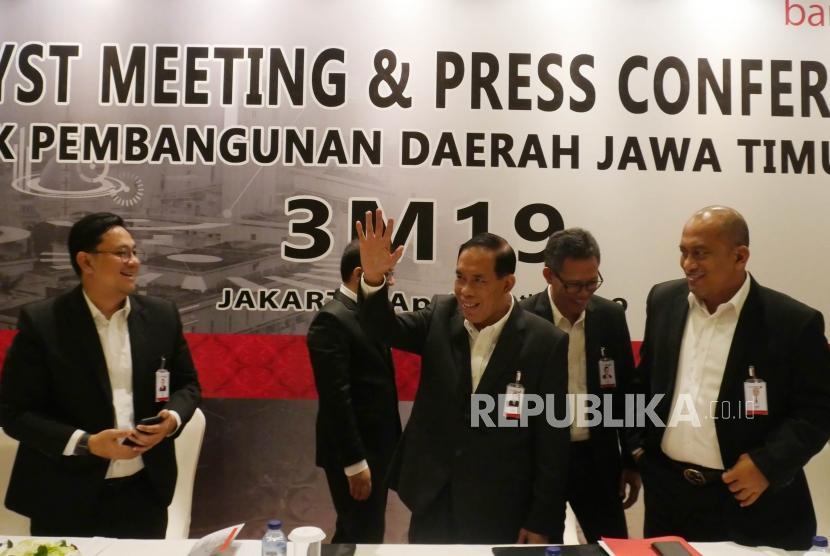 Direktur Utama bankjatim R. Soeroso melambaikan tangan usai menyampaikan penjelasannya pada acara analyst meeting dan press conference guna memaparkan kinerja keuangan bankjatim triwulan I 2019 di Jakarta, Kamis (11/4).