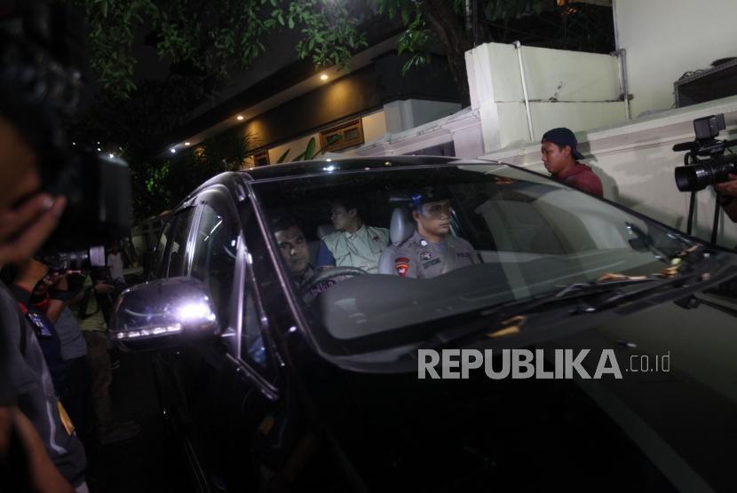 Penyidik Komisi Pemberantasan Korupsi ( KPK) berada didalam mobil membawa barang-barang seusai menggeledah rumah Diretur Utama PLN Sofyan Basyir di Jalan Bendungan Jatiluhur, Jakarta, Ahad (15/7).