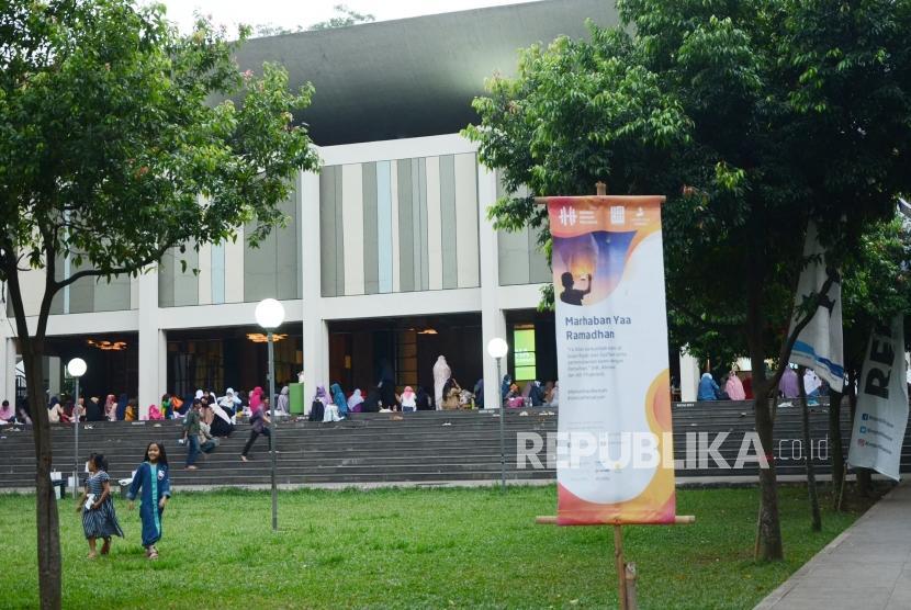 Serambi Masjid Salman Institut Teknologi Bandung (ITB), ramai oleh kegiatan mahasiswa untuk mengisi Ramadhan, Selasa (29/5).