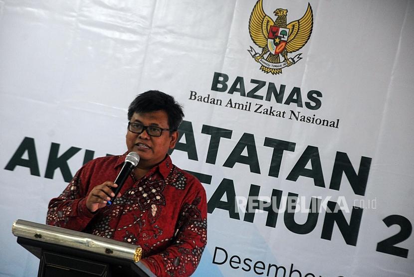 Deputi Badan Amil Zakat Nasional (Baznas) Arifin Purwakananta saat memberikan pemaparan pada kegiatan Catatan Akhir Tahun Baznas 2017 di Kantor Baznas, Sudirman, Jakarta, Rabu (27/12).
