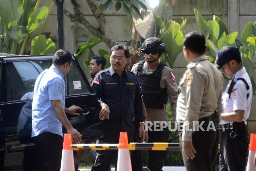 Gubernur Kepulauan Riau, Nurdin Basirun (kedua kiri) saat tiba untuk menjalani pemeriksaan intensif di Gedung KPK, Jakarta, Kamis (11/7).