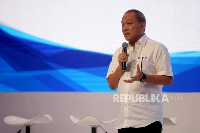 Direktur PT Astra Internasional Tbk Suparno Djasmin memberikan paparannya saat Konferensi Pers Astra Finansial GIIAS 2018 di Jakarta, Selasa (24/7).