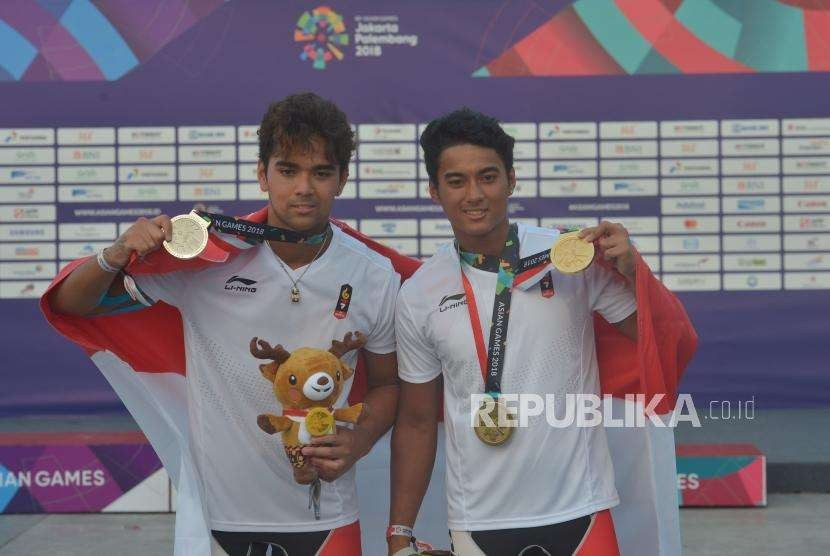 Dua bersaudara atlet JetSki Indonesia Aqsa Sutan Aswar (kanan) dan Aero Sutan Aswar menunjukkan medali yang didapatnya pada cabang JetSki Asian Games 2018 di Ancol, Jakarta, Ahad (26/8).