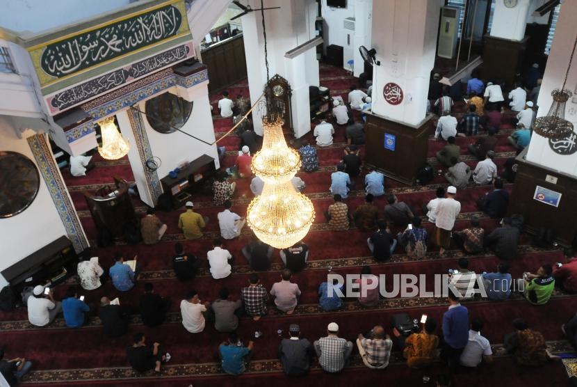 Umat Muslim menunggu waktu Shalat Maghrib di Masjid Cut Mutia , Jakarta, Kamis (17/5).