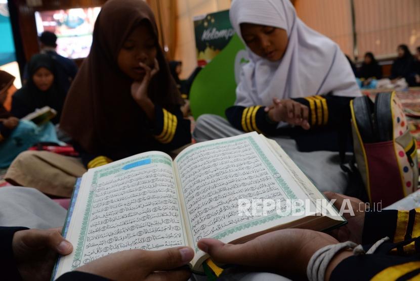 Sejumlah anak yatim mengikuti acara khatam Al-Quran bersama anak yatim di Kantor Pusat Pertamina, Jakarta, Selasa (4/12).