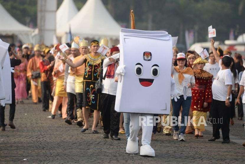 Deklarasi Kampanye Damai. Maskot Pemilu ikut memeriahkan acara Deklarasi Kampanye Damai dan Berintegritas Pemilu 2019 di Kawasan Monumen Nasional, Jakarta, Ahad (23/9).