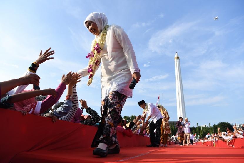 Gubernur Jawa Timur Khofifah Indar Parawansa (kiri) bersama Wakil Gubernur Jawa Timur Emil Elestianto Dardak (kedua kiri) menyapa warga di kawasan Tugu Pahlawan, Surabaya, Jawa Timur, Kamis (14/2/2019).