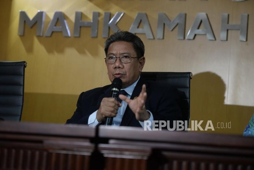 Hakim OTT KPK Diberheentikan. Juru Bicara MA Suhadi menyampaikan paparan saat konferensi pers terkait OTT Hakim PN Jaksel oleh KPK di Gedung MA, Jakarta, Kamis (29/11).
