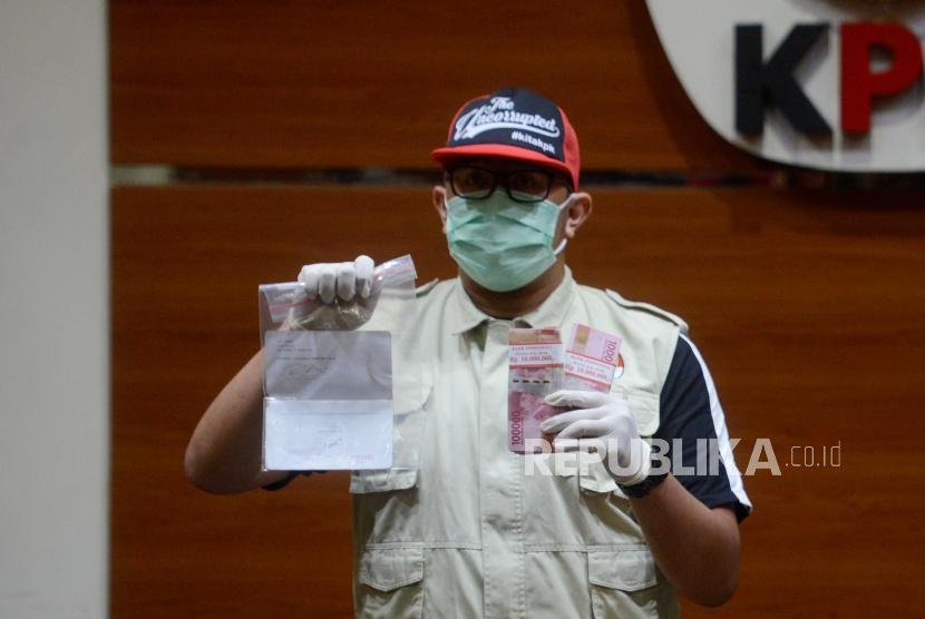 Penyidik KPK memperlihatkan barang bukti kasus dugaan suap Tindak Pidana Korupsi memberikan atau menerima hadiah atau janji terkait pengadaan barang dan jasa di PT Krakatau Steel (Persero) Tahun 2019 di Gedung Merah Putih KPK, Jakarta, Sabtu (23/3).