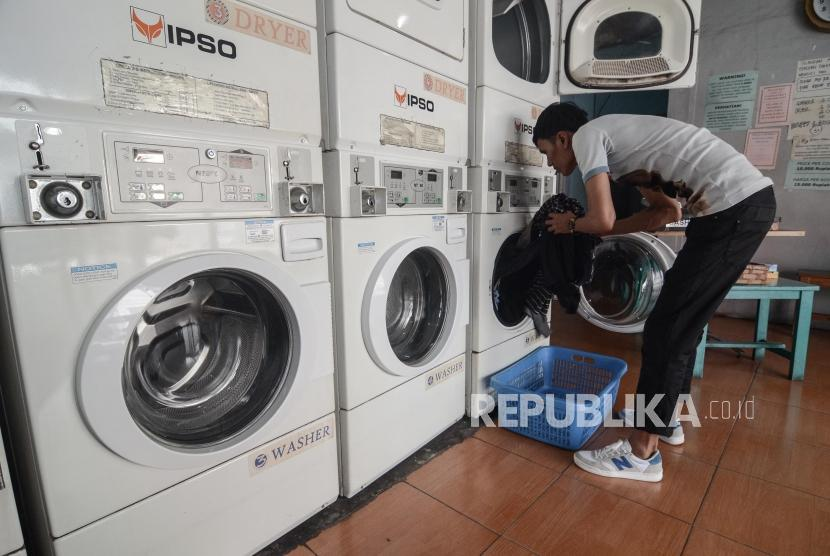 Jasa Laundry Kiloan usai Libur Lebaran. Pekerja menyuci baju konsumen dengan mesin di Jalan Jaksa, Jakarta Pusat, Senin (10/6).