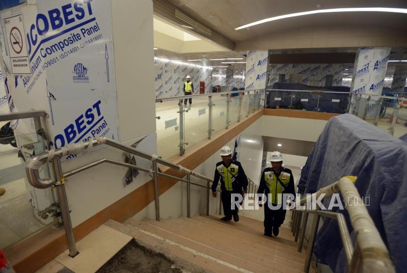 Sejumlah petugas saat beraktivitas di Stasiun MRT Dukuh Atas, Jakarta, Kamis (29/11).