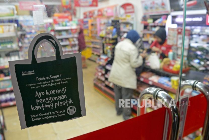 Kantong Plastik. Pramuniaga melayani konsumen di salah satu mini market di Jagakarsa,Jakarta Jumat (1/3).