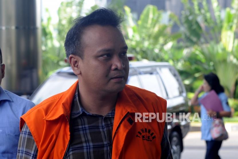 Mantan Direktur PT Murakabi Sejahtera, Irvanto Hendra Pambudi Cahyo yang juga keponakan Setya Novanto bersiap untuk dilakukan pemeriksaan di Gedung Komisi Pemberantasan Korupsi, Kuningan, Jakarta, Selasa (3/4).