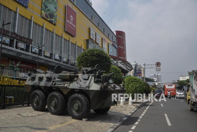 Suasana pengamanan di Kawasan Glodok, Jakarta Barat, Selasa (21/5).