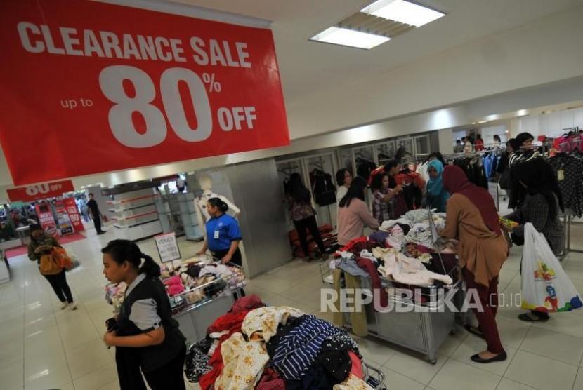 Sejumlah pengunjung berbelanja di Lotus Department Store di Jalan MH Thamrin, Jakarta Pusat, Kamis (26/10).