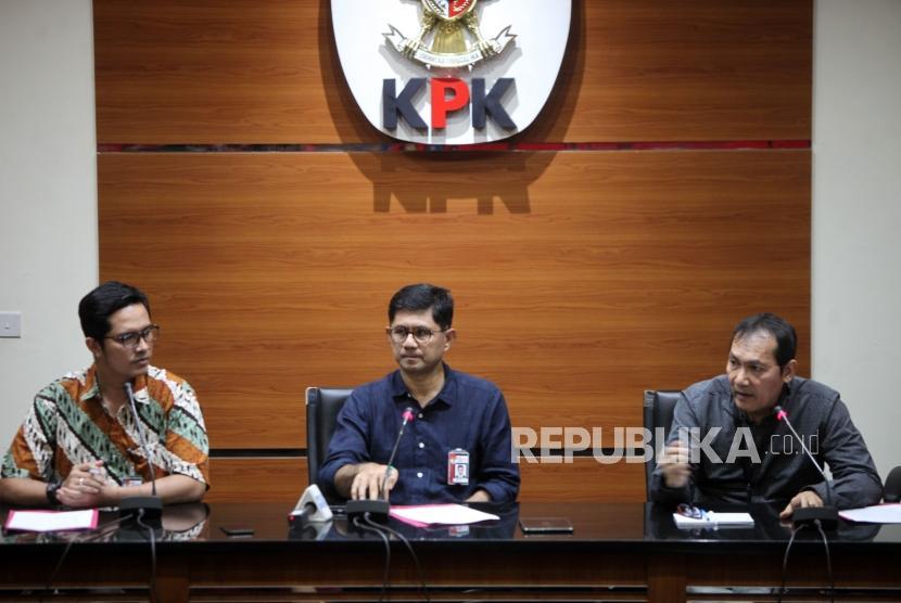 Wakil Ketua KPK Laode Muhammad Syarif (tengah) bersama Wakil Ketua KPK Saut Situmorang (kanan) dan Jubir KPK Febri Diansyah (kiri) memberikan keterangan kepada media saat konferensi pers hasil operasi tangkap tangan (OTT) terkait fasilitas napi korupsi di Lapas Sukamiskin di Gedung KPK, Jakarta, Sabtu (21/7).
