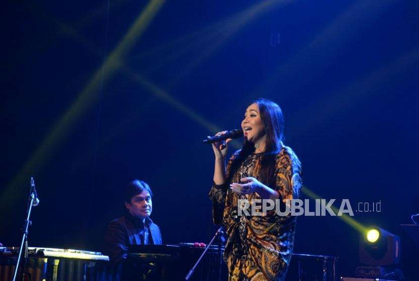 Penyanyi Dewi Gita tampil pada konser kemanusiaan Jakarta Loves Lombok di Gedung Kesenian Jakarta, Rabu (19/9) malam.