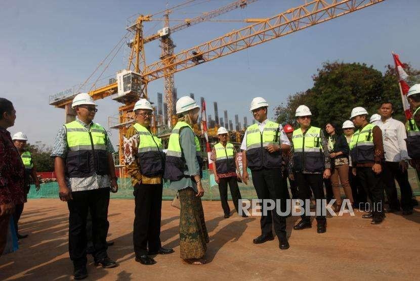 Gubernur DKI Jakarta Anies Baswedan didampingi pejabat terkait meninjau kontruksi bangunan rusunami seusai peluncuran Program DP nol Rupiah SAMAWA Solusi Rumah Warga di Klapa Village, Pondok Kelapa, Jakarta, Jumat (12/10).