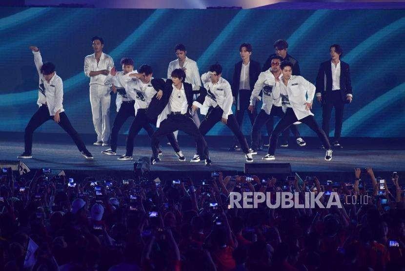 Penampilan Super Junior dalam penutupan Asian Games ke 18 di Stadion Utama Gelota Bung Karno, Jakarta, Ahad(2/9).