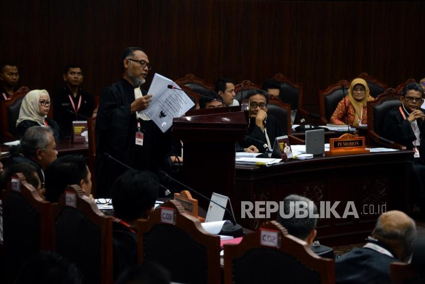 Kuasa Hukum Calon Presiden dan Wakil Presiden nomor urut 02 selaku pemohon Bambang Widjojanto saat memaparkan bukti kecurangan Pemilihan Presiden 2019 (Pilpres 2019) pada sidang perdana Perselisihan Hasil Pemilihan Umum (PHPU) Pilpres 2019 di Gedung Mahkamah Konstitusi, Jakarta, Jumat (14/6).