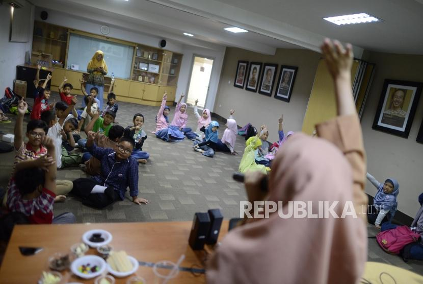 Sejumlah anak-anak melaksanakan kegiatan Fun Science di Kantor Republika, Jakarta, Sabtu (20/7).