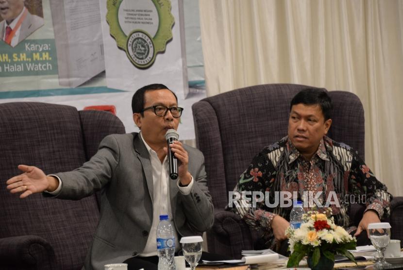 Direkur Eksekutif Indonesia Halal Watch (IHW) Ikhsan Abdullah (kiri) bersama Wakil Ketua Gapmmi Rachmad Hidayat menjadi narasumber pada acara refleksi akhir tahun dab bedah buku