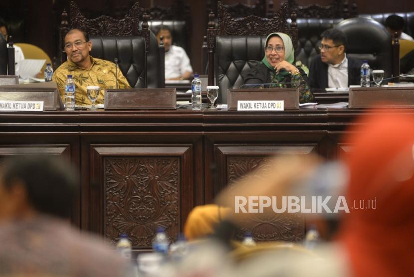 Suasana Sidang Paripurna DPD yang dipimpin Wakil Ketua DPD Nono Sampono dan Darmayanti Lubis di Kompleks Parlemen, Senayan, Jakarta, Senin(23/4).