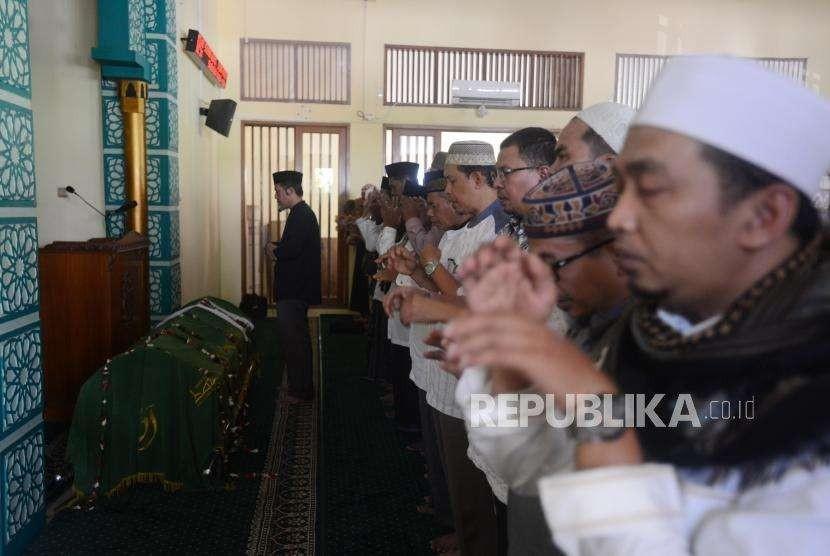 Sejumlah keluarga dan kerabat almarhum salah satu pendiri Partai Keadilan Sejahtera Yusuf Supendi melaksanakan shalat jenazah di Pekayon, Pasar Rebo, Jakarta Timur, Jumat (3/8).