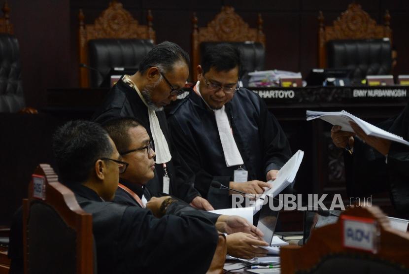 Kuasa Hukum Calon Presiden dan Wakil Presiden nomor urut 02 selaku pemohon Bambang Widjojanto bersama tim kuasa hukum berdiskusi saat mengikuti sidang perdana Perselisihan Hasil Pemilihan Umum (PHPU) Pilpres 2019 di Gedung Mahkamah Konstitusi, Jakarta, Jumat (14/6).